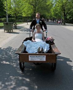 Only in Holland it's possible to arrive at your wedding by a cargo bike ;-)