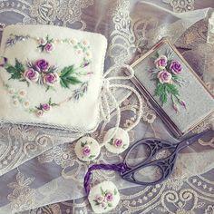 원데이수업때 받았던 #양모 #케시미어 원단을 사용해 만든 쏘잉소품!!! 사부님께 배운 새로운 스퇄 로즈를 피우다!! #embroidery #프랑스자수 #프랑스자수소품 #embroideryartist #needlework #handmade #handcraft #stitch #rosestitch #rose #cozycoco #니들케이스 #명함케이스 #코지코코프랑스자수 #코지코코 Needle Book, Needle And Thread, Embroidery Patterns, Hand Embroidery, Sewing Case, Brazilian Embroidery, Stitch Kit, Pin Cushions, Cross Stitching