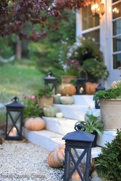 Simple autumn porch styling - This year, I am feeling simple and sweet for autumn. And when it comes to the porches. it all depends on what I have on hand a. French Country Cottage, Country Farmhouse Decor, Rustic Decor, Country Style, Fall Home Decor, Autumn Home, Thanksgiving Decorations Outdoor, Fall Decorations, Patina Farm