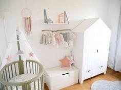 Une chambre bébé aux tons roses et gris clair