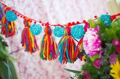 I could make one christmas colors Life Hacks Diy, Diy Clothes Life Hacks, Decor Crafts, Diy And Crafts, Arts And Crafts, Sleepover Birthday Parties, Bohemian Christmas, Mexican Christmas, Tassel Garland