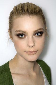 Jessica Stam smokey eyes / nude lips.