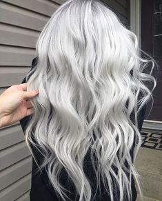 These Are The 10 Supreme Beauty Trends in 2019 Silver White Hair, Silver Blonde Hair, Platinum Blonde Hair, Long Silver Hair, Pelo Color Plata, Balayage Blond, Medium Hair Styles, Long Hair Styles, Short Grey Hair