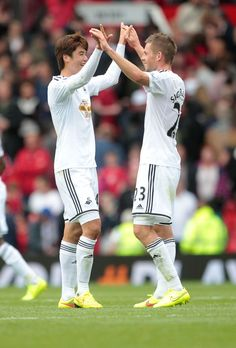 Great photo - Goal scorers Ki Sung-Yueng of Swansea City and Gylfi Sigurdsson of Swansea City celebrate at full time Swansea Football, Premier Liga, Manchester United Legends, Old Trafford, Great Photos, Singing, The Unit, Goals, Club