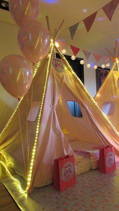 Festa do Pijama com balões de poa branco. Créditos: Decoração: Pijamas party cabanas. Balões: Balão Cultura. Consulte-nos: 11 50816916 ou contato@balaocultura.com.br #festadopijama #festapijama #festadeaniversário #balaocultura #balãocultura #festacomcanana #balões #balõeságas #decoracaomenina