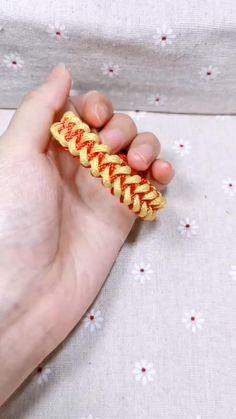 Rope Crafts, Diy Crafts Jewelry, Bracelet Crafts, Macrame Bracelet Patterns, Macrame Patterns, Paracord Tutorial, Bracelet Tutorial, Weaving Loom Diy, Bracelet Fil