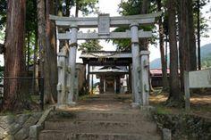 長野県高山村の子安社です。-Koyasusya (Takayama Village,Nagano)-正面にどっしりと構えた拝殿が印象的な神社です。 明治13年に建てられた社殿で、流造のような建築様式になっています。拝殿としては珍しく脇障子があったり、高い位置に縁が設けられていたり、とても迫力があります。 また、軒下にはたくさんの彫刻が設けられています。中に仕舞われている本殿は18世紀の前半に建てられたもので、とても鮮やかな彩色がされています。