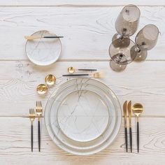 Smoke and marble With our Carrara Dinnerware + Goa Flatware in Brushed Gold/Black + Bella Gold Rimmed Stemware in Smoke + Gold Salt Cellars + Tiny Gold Spoons Aalborg, Comment Dresser Une Table, Dresser Table, Design Plat, Gold Cutlery, Pink Marble, Decoration Table, Dinner Table, Kitchenware