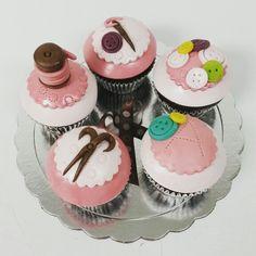 ¡Genial idea! Debe haber sido una gran sorpresa para la cumpleañera. Muchas felicidades.  #cupcakegourmet #cupcake #pasteleriaamericana #bakery #ciudadguayana #puertoordaz #igersguayana #magdalenas #costura #corteycostura #merceria #happybirthday #cumpleaños