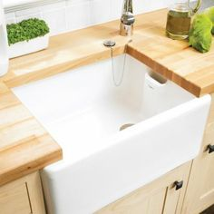 An essential addition to any kitchen, this white belfast sink from Cooke & Lewis's Chadwick range is made from sturdy ceramic. It has 1 bowl and comes without tap holes, so you can choose where to position your taps. Belfast Sink, Ceramic Sink, Ceramic Bowls, New Kitchen Cabinets, Kitchen Sink, Kitsch, New Countertops, Diy Kitchen Remodel, Kitchen