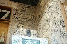 nevera y parede decorada por la banda del rotu. Swinton & Grant: Galería cafetería C/ Miguel Servet, 21 Metro: Embajadores/Lavapiés