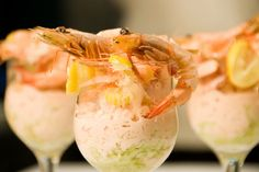 Simple, delicious and fun - we bring you an easy step-by-step recipe for prawn cocktail. It really is prawn cocktail made easy! Shrimp Cocktail Sauce, Prawn Cocktail, Christmas Fruit Salad, Christmas Sweets, Ambrosia Recipe, Salsa Rosa, Colombian Food, Portuguese Recipes, Healthy Sides