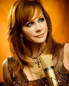 Queen of Country, Reba McEntire, hails from McAlester, Oklahoma. This musician joined a college singing group at Southeastern Oklahoma State University before going to on to set records and sell more than 50 million albums. Country Music Stars, Country Music Artists, Country Singers, K Pop, Musica Country, Reba Mcentire, Idole, Karen, Thing 1