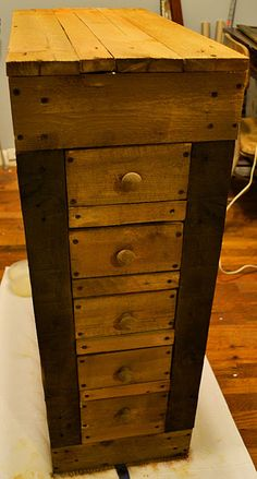 Remodelaholic how to make a rustic pallet cabi diy woodworking plans diy wood projects Pallet Crates, Wooden Pallets, Wooden Diy, Pallet Wood, 1001 Pallets, Pallet Benches, Pallet Couch, Pallet Tables, Pallet Bar