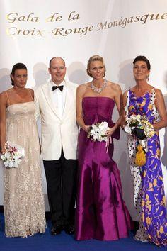 Princess Caroline et Princess Stephanie avec Prince Albert et Princesse Charlene- Bal de la croix rouge