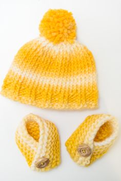 Knit Baby Hat and Booties. Super easy pattern to follow for knitting beginners.
