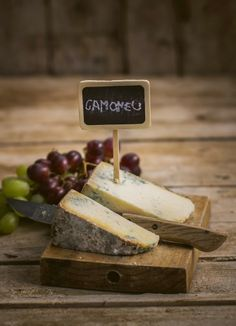 Cheese from Asturias Fromage Cheese, Queso Cheese, Kinds Of Cheese, Milk And Cheese, Wine Cheese, Milk Recipes, Real Food Recipes, Cooking Recipes, Gastronomia