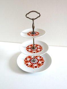 Présentoir à gâteaux ou cup cakes à 3 étages vintage en porcelaine, décor fleurs orange années 70
