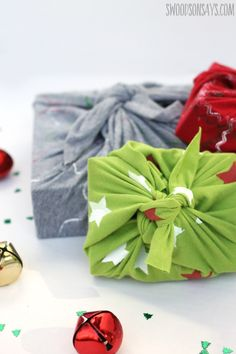 How to make furoshiki from old tshirts How to make furoshiki from old t-shirts an easy upcycled gift wrap idea that is reusable and cheap! Furoshiki Wrapping, Gift Wrapping, Wrapping Ideas, Christmas Sewing Projects, Christmas Crafts, Craft Projects, Upcycled Crafts, Sewing Crafts, Sewing Tutorials
