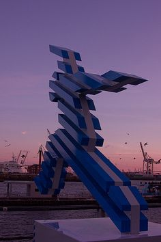 """""""Sprung über die Elbe"""" - Die #Elbspringer Figuren stehen anlässlich der Internationalen #Bauausstellung #IBA in #Hamburg #Wilhelmsburg derzeit in der ganzen Stadt verteilt. http://www.pixelpiraten.net/2013/03/sprung-ueber-die-elbe/"""