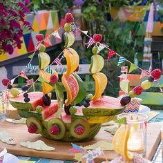 Funny Melon Ship for Edible Party Decorations -Bine Brändle, DIY, Do it yours – Kindergeburtstag Essen – Fruit L'art Du Fruit, Deco Fruit, Fruit Art, Fruit Salad, Fresh Fruit, Fruit Decorations, Food Decoration, Fruit Creations, Creative Food Art