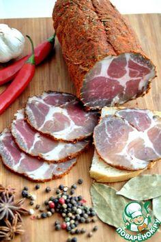 Вяленое мясо в домашних условиях ингредиенты Соль (поваренная пищевая 700-800г) Уксус (яблочный или рисовый 6%) — 1 бут. Чеснок (свежий) — 3 зуб. Смесь перцев (1 часть) Кориандр (семена - 1 часть) Паприка сладкая (3 части) Перец чили (0,5 части) Чеснок (сушеный - 0,5 части) Бадьян (анис - пару зернышек) Розмарин (свежий - 1 ветка, сушеный - 1 ч.л.) Свинина (шейная часть) — 2 кг