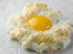 Oeuf nuage. Blanc monté en neige, doré au parmesan - Eggs in Clouds - Framed Cooks
