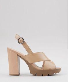 Sandália desenvolvida em material resistente. O modelo possui salto meia pata. Tem cabedal em tiras cruzadas e o fechamento é feito por fivela com regulagem.  Altura do Salto: 12cm | Meia Pata: 2,5cm