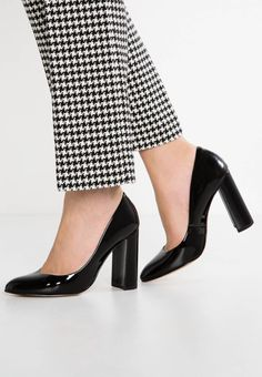 "San Marina. GINEVRA - Classic heels - noir. Pattern:plain. Sole:synthetics. heel height:4.0 "" (Size 4). Padding type:Cold padding. Shoe tip:round. Heel type:block heel. Lining:leather. shoe fastener:slip on. Fabric:Synthetic leather. upper m..."
