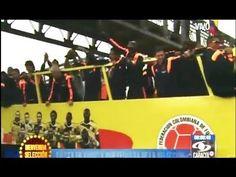 James Rodriguez y Juan Cuadrado agitan bandera llegada de Seleccion Colombia del Mundial Brasil 2014