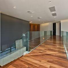 Pasillo, hall y escaleras de estilo  por Studio Leonardo Muller