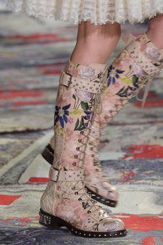 Alexander McQueen at Paris Fashion Week Spring 2017 - Details Runway Photos Fancy Shoes, Cute Shoes, Me Too Shoes, Fashion Shoes, Fashion Accessories, Paris Fashion, Kawaii Shoes, Alexander Mcqueen, Look Cool