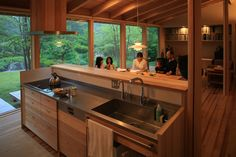 八ヶ岳 青柳の家|横内敏人建築設計事務所 Japanese Home Design, Traditional Japanese House, Japanese Interior, Small Summer House, Beautiful Small Homes, Zen House, Style Japonais, Japanese Kitchen, Micro House