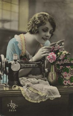 Vintage sewing postcard - lovely lady posing with sewing machine. Images Vintage, Photo Vintage, Vintage Pictures, Vintage Photographs, Antique Sewing Machines, Vintage Sewing Patterns, Vintage Ephemera, Vintage Postcards, Illustrations Vintage