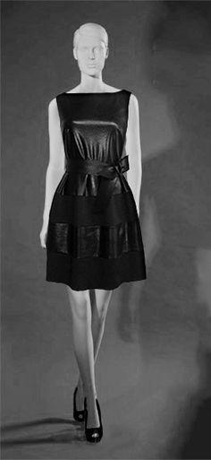 Los tejidos de neopreno están de moda. Si queréis ir a la última os presentamos un nuevo diseño para este otoño/invierno. Vestido corto, cuerpo polipiel y falda combinada polipiel y neopreno.