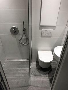 CASE: Se førbillede og 14 efterbilleder af lille badeværelse i Indre By! Compact Shower Room, Small Bathroom Layout, Small Bathroom With Shower, Small Showers, Tiny Bathrooms, Interior Design Toilet, Apartment Interior Design, Home Office Design, Small House Exteriors