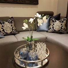 Centre table living room, table decor living room, living room white, home Coffee Table Decor Living Room, Living Room Candles, Decorating Coffee Tables, Cozy Living Rooms, Home Living Room, Living Room Decor, Bedroom Decor, Dining Room Centerpiece, Coffee Table Centerpieces