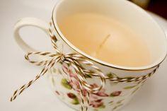 - Una taza de té o café,   - Velas que ya tengamos . Pueden ser blancas o de colores , incluso aromatizadas.  - un cazo para derretir las velas  - unos palillos de brochetas