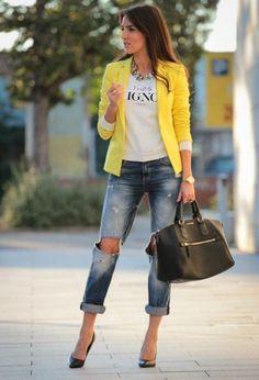 Outfit amarillo  en jeans y chaqueta amarilla combinalos con pump negros si llevas accesorios del mismo tono : )