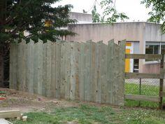 palissade verticale en bois Plus Privacy Fence Designs, Fence Doors, Beton Design, Rustic Fence, Backyard Privacy, Garden Fencing, Outdoor Spaces, Pergola, New Homes