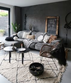Get rid of that chilly, light wall- Weg met die kille, lichte muur many shades of gray in the house! Home, House Interior, Dark Interiors, Room Decor Bedroom, Bedroom Decor, Trending Decor, Interior Design Living Room, Interior Design, Interior Design Bedroom