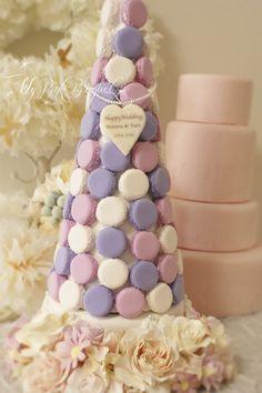085//マカロンカラー:パープル×ピンク×ホワイト。40cmマカロンタワー。ガーランド:オールドローズ、バラ、ピンクのデイジー。