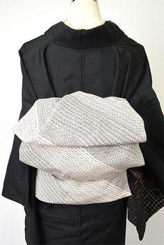 ノスタルジックな物語を運んできてくれそうな昔着物の正絹地4種を両面に贅沢に使って、ノスタルジックな情趣とモダンな遊び心を楽しむ大人兵児帯を作りました。 Kimono Japan, Japanese Outfits, Yukata, Kimono Fashion, Ruffle Blouse, Clothing, Beauty, Tops, Women