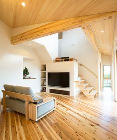 天然木の香りが漂うLDK。桧の天井板と存在感のある梁から、木の力強さが溢れます。|インテリア|ナチュラル|和モダン|コーディネート|デザイン|おしゃれ|吹き抜け|飾り棚|