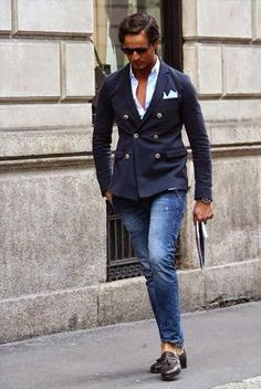 Go for a navy double breasted blazer and blue jeans to create a smart casual look. Black Leather Tassel Loafers are a savvy choice to complete the look. Stylish Men, Men Casual, Smart Casual, Classy Casual, Look Blazer, Blazer Jeans, Jacket Jeans, Cuffed Pants, Casual Blazer