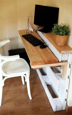 Originálny nábytok bez zbytočného utrácania? Nechajte sa inšpirovať týmito paletovými nápadmi! - sikovnik.sk Pallet Desk, Pallet Home Decor, Recycled Pallets, Wood Pallets, Pallet Wood, Diy Projects Desk, Furniture Making, Diy Furniture, Pallet Furniture Desk