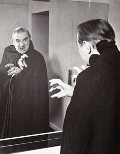 Bela poses for the stage tour of Dracula in 1951 Monster Horror Movies, Horror Monsters, Sci Fi Movies, Scary Movies, Lugosi Dracula, Horror Icons, Horror Comics, Vampire Girls, Cinema