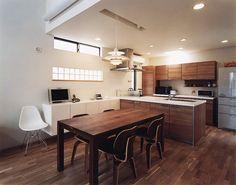 この写真「ウォールナットカラーで統一されたダイニングキッチンに、イームズのDCW エバンスチェアが居心地よく佇む」はfeve casa の参加建築家「鐘撞正也/フリーダムアーキテクツデザイン株式会社」が設計した「南に開けたデザイン住宅」写真です。「落ち着いた空間」に関連する写真です。「シンプルモダンな家 」カテゴリー...