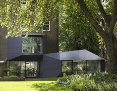 Alison Brooks Architects completed the redesign and extension for a residence located in Islington, London, UK. Spread a total surface of 400 square meters (main building plus extension), Lens House displays an intriguing exterior. Its Origami-like extens Architectes Zaha Hadid, Zaha Hadid Architects, Victoria Villa, Alison Brooks, Architecture Résidentielle, Scandinavia Design, Double Vitrage, Grand Designs, Small House Design