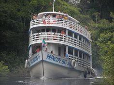 Embarcação comum no Amazonas indo em direção a Humaitá, às margens do Rio Madeira, no estado do Amazonas, Brasil.  Fotografia: SkyscraperCity.